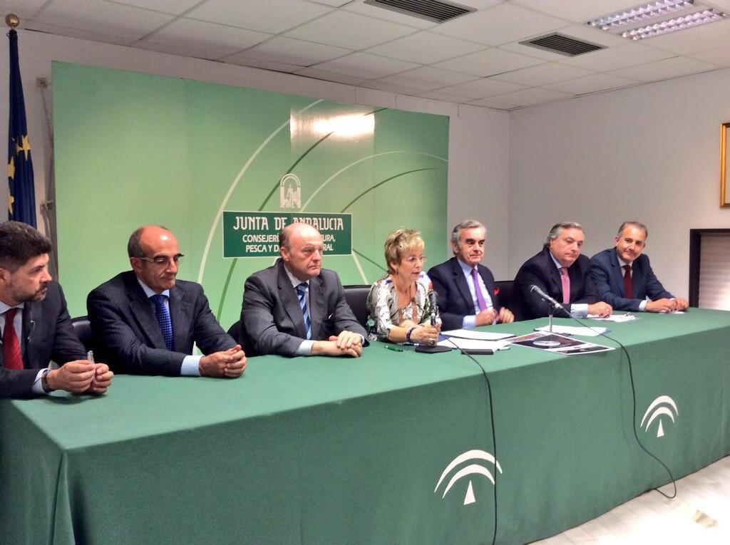 La consejera de Agricultura de Andalucía, Elena Víboras, con los representantes de ANGED. Foto: A.Cortecero